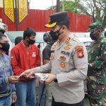 Kapolres Toraja Utara bersama Dandim 1414 / Tator Distribusikan Bansos PPKM Darurat ke Warga